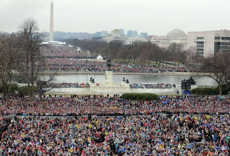 Multidão assiste ao discurso de Trump.