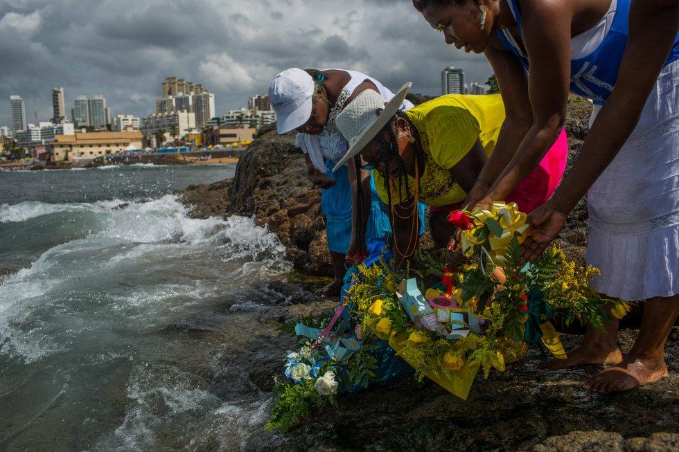 Mulheres fazem oferenda para Iemanjá, no Rio Vermelho.