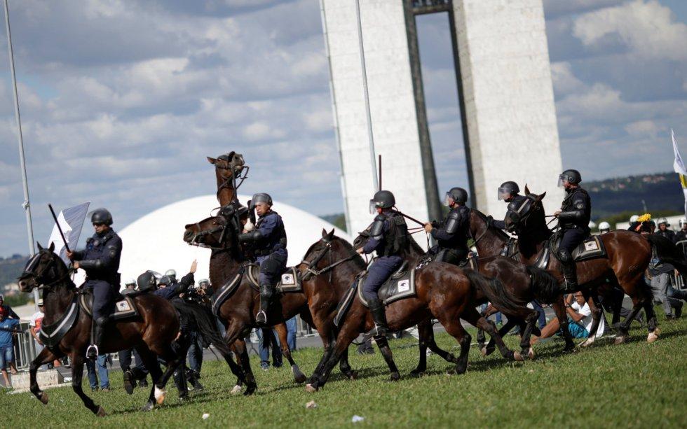 Cavalaria da PM foi acionada para conter os manifestantes em Brasília.