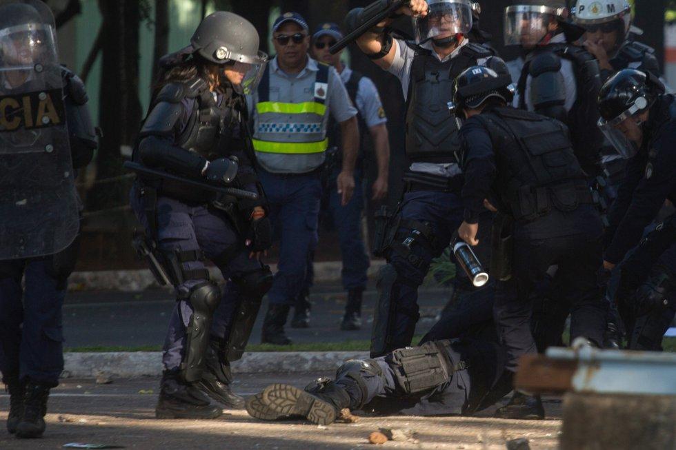 Policial ferido durante o protesto em Brasília é socorrido por colegas.