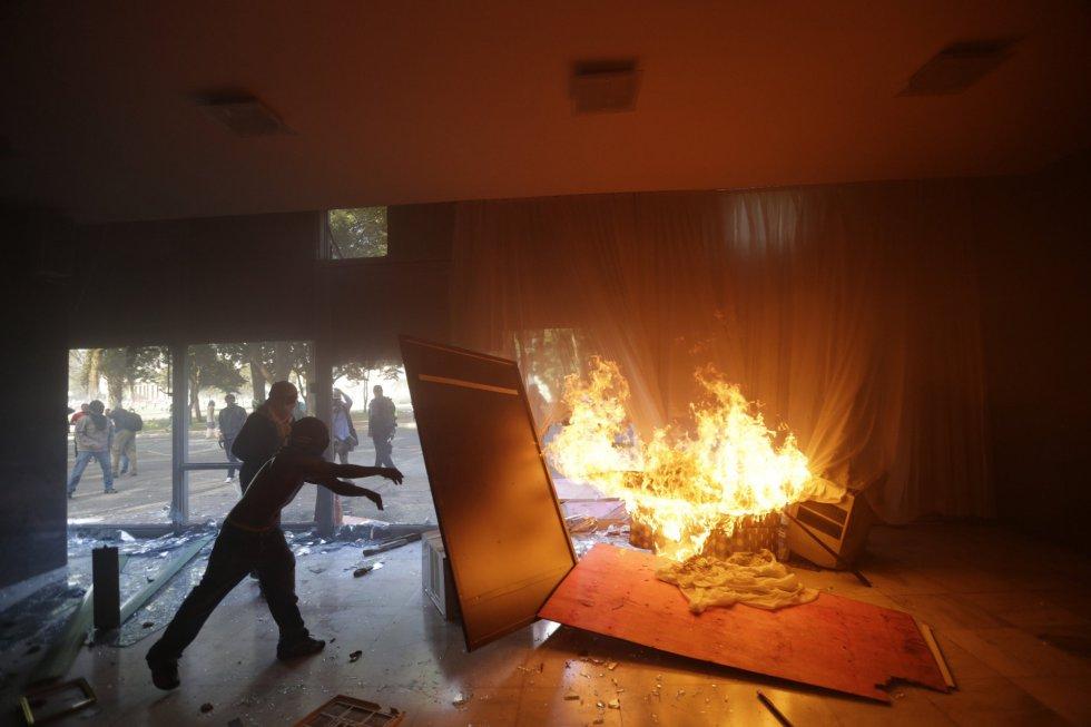Manifestantes ateiam fogo a móveis dentro do Ministério da Agricultura, em Brasília.