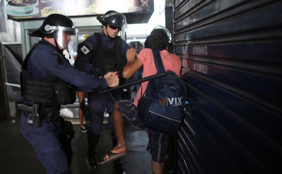 Policiais agridem manifestante em Brasília.