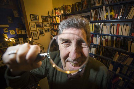 Paco Camarasa a la llibreria Negra i criminal, a la Barceloneta. / juan barbosa - 1422547200_345516_1422547542_noticia_normal