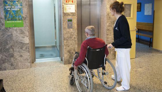 Dos a os para recibir las ayudas por material ortop dico - Sillas para subir escaleras personas mayores ...