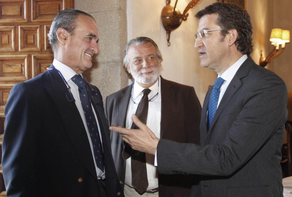 El presidente de Galicia, Alberto Núñez-Feijóo, saluda a Mario Conde en un desayuno informativo.
