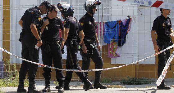 La polic a blinda el barrio del tiroteo en sevilla para - Policia nacional algeciras ...