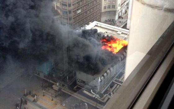 Densa columna de humo negro en un incendio en la plaza de for Discoteca plaza de los cubos madrid