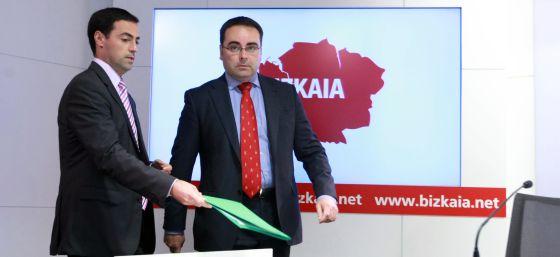 Imanol Pradales (a la izquierda) y Óscar Ugarte este lunes en Bilbao en la presentación del programa de créditos para pequeñas empresas.