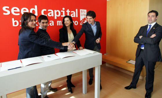 Unai Rementeria junto a representantes de las tres empresas. A la derecha, Imanol Pradales.