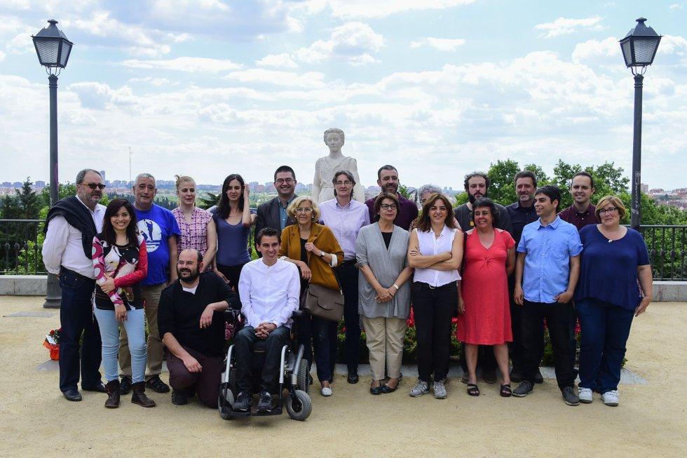 Los veinte concejales electos de Ahora Madrid. El apoyo de Manuela Carmena es Pablo Soto (en la foto en silla de ruedas) [Clic para ampliar la imagen]