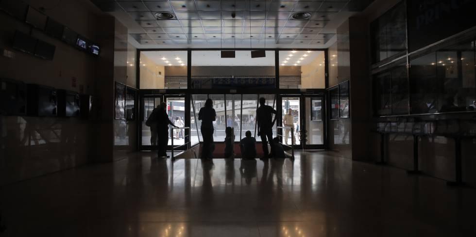 Un corte de electricidad deja sin cines ni restaurantes la for Plaza los cubos madrid