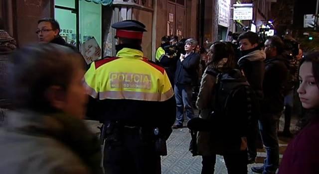 Operaci n contra peluquer as y centros de masaje chinos for Vaciado de locales en barcelona