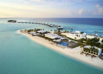 El hotel español que 'flota' sobre el océano en Maldivas