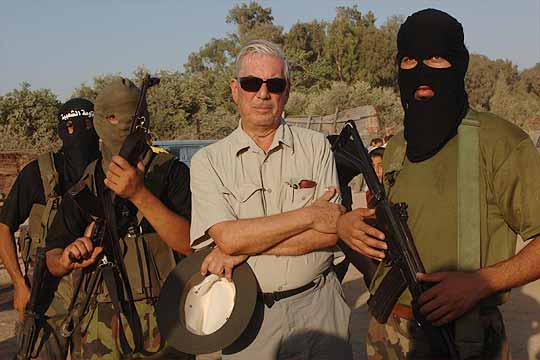 1 kép a kötetből: Vargas Llosa Hamasz-tagokkal – szeretett provokálni riportútja során is