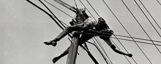 Guerra de imagenes! - Página 2 Fotografia_realizada_Metinides_1958_muestra_cadaver_carbonizado_empleado_Telefonos_Mexico_electrocutado