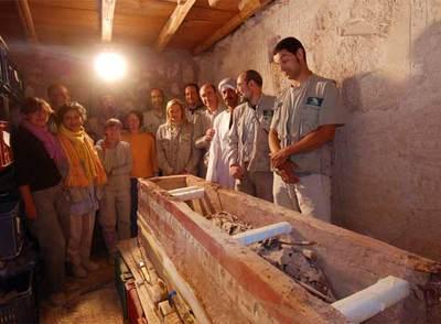 Galán y su equipo, ante la tumba de Iqer 'El Excelente', en Luxor (Egipto)