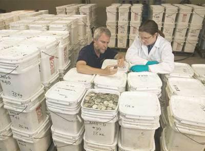 Los miembros del Odysssey examinan el tesoro hallado en las profundidades del mar