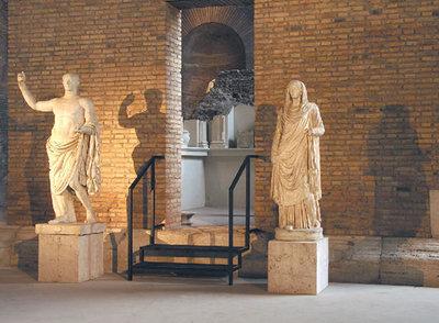 Terminada la restauración, el Aula X, que constituye la primera etapa de lo que es el Museo Nacional Romano, ha sido dedicada a acoger los vestigios de la arquitectura pública y funeraria de la Antigua Roma