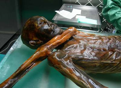 Ötzi, hombre momificado de hace 5.000 años hallado en los Alpes.