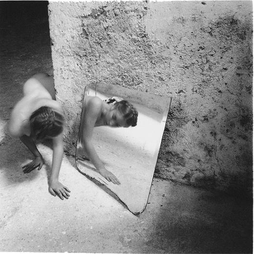 Desnuda frente al espejo. Francesca Woodman nació en 1958 y se suicidó a los 22 años, tras una depresión. Su legado artístico se compone de unas 800 fotografías a pesar de su corta vida.