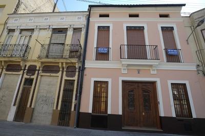 Viviendas en la calle de San Pedro en El Cabanyal, donde el plan del PP prevé abrir un nuevo bulevar.- JOSÉ JORDÁN