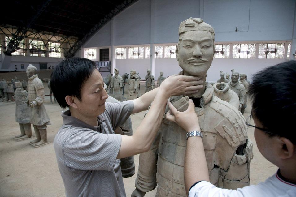 Arqueólogos chinos trabajan en la reconstrucción de uno de los Guerreros de Xian. EFE