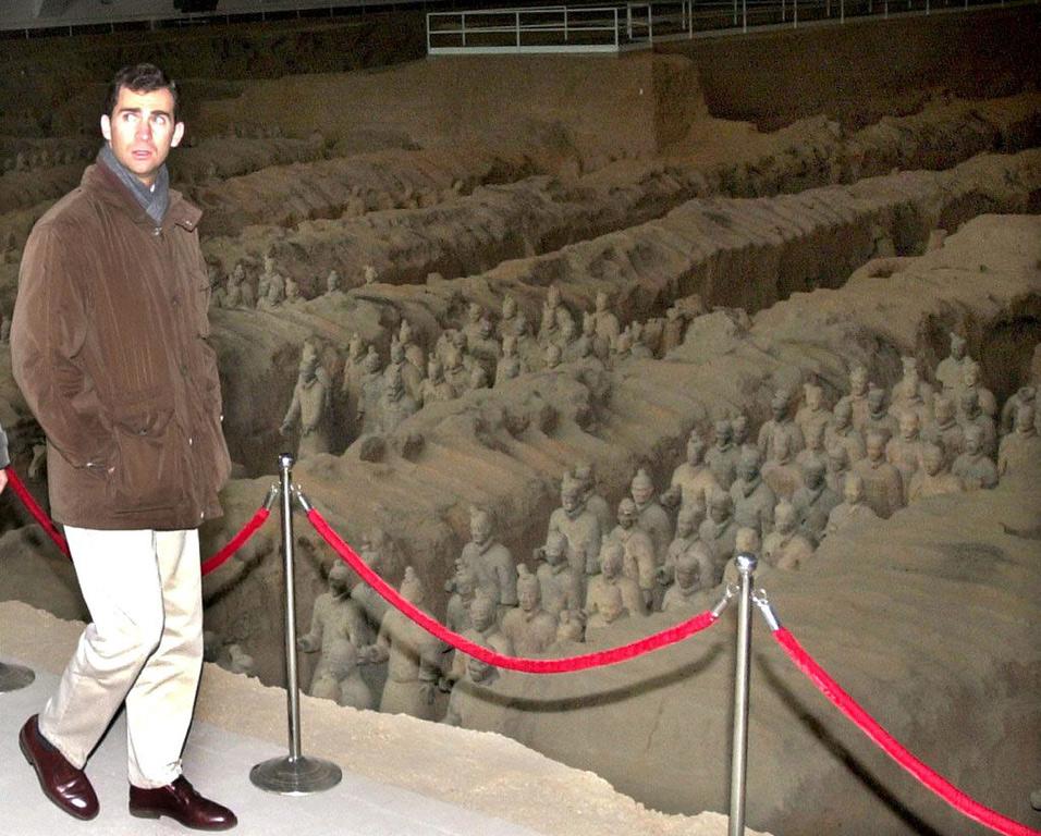 El príncipe Felipe en noviembre de 2000 observa una de las naves donde se conservan los guerreros de terracota en el museo que visitó en la ciudad china de Xian. EFE