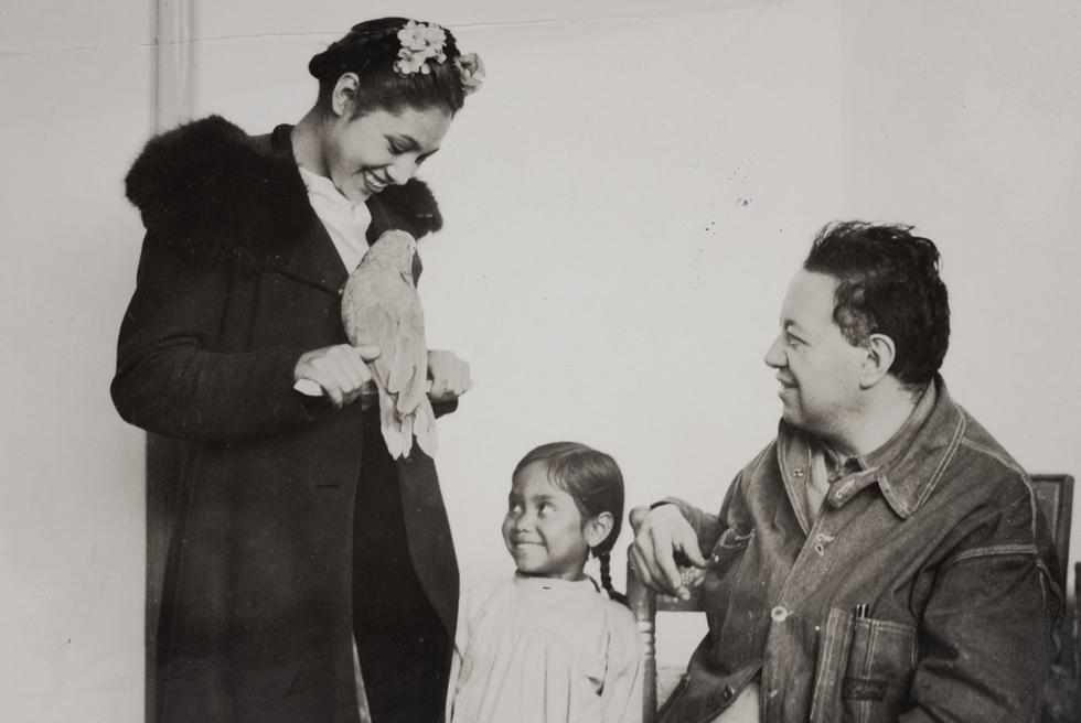 En pleno trabajo. Diego Rivera con sus modelos, Nieves Orozco e Inesita