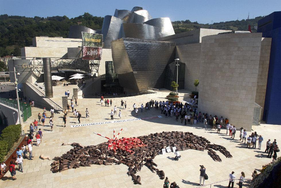 Activistas_antitaurinos_protestan_Bilbao_formando_toro_cuerpos_humanos