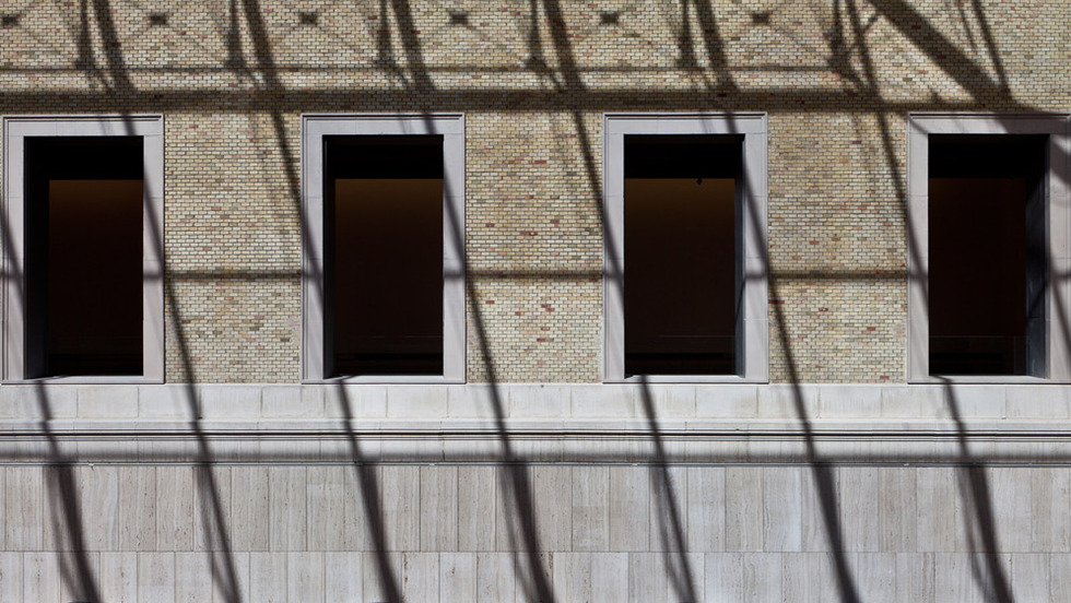 Sombras. Interior de las salas, desde el patio, con la sombra que proyecta la cubierta. JOSÉ MANUEL BALLESTER