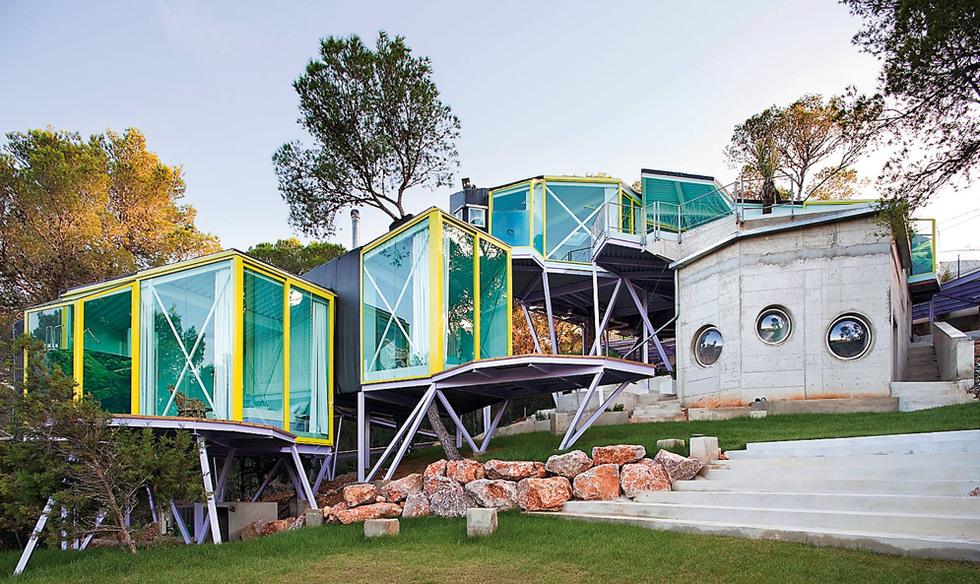Práctica original. La Never Land House, de Andrés Jaque, está ubicada en San José (Ibiza), ofrece espacios íntimos que parecen desconectados, pero unidos por áreas comunes. MIGUEL GUZMÁN |
