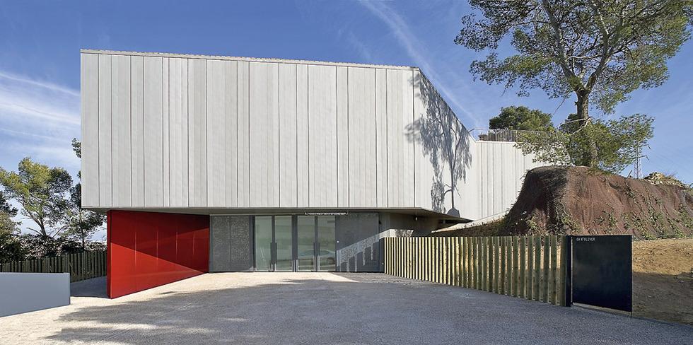 Trabajo de campo. El Palacio de Congresos de Badajoz, obra de estos dos arquitectos madrileños, tiene una cubierta con un óculo central de cristal con un falso techo que matiza la luz. RONALD HALBE