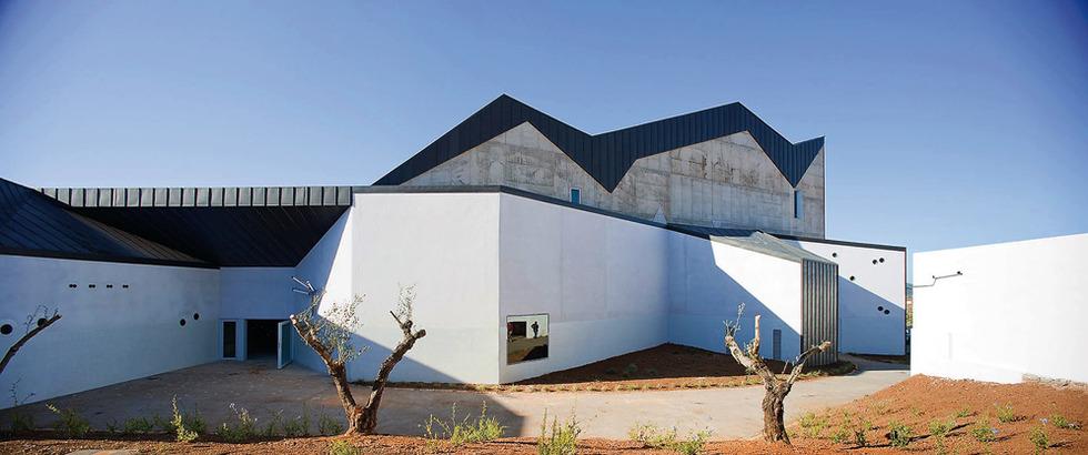 Observar lo cotidiano. Victoria Garriga y Toño Foraster, y a la izquierda, una casa diseñada por ellos. Victoria cree que la principal fuente de información es la propia experiencia vivida. LEILA MÉNDEZ