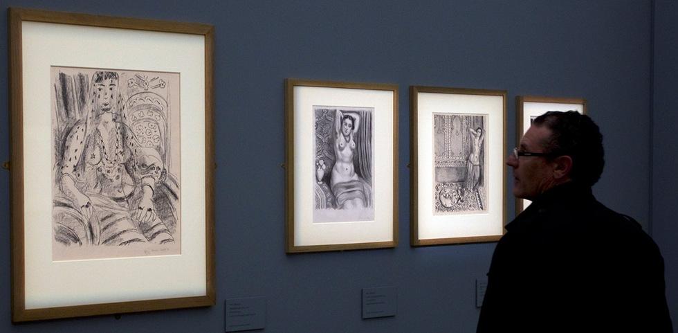 Varias de las obras de la exposición de Henri Matisse, Matisse y La Alambra en el museo de Bellas Artes de Granada. Izquierda, Odalisca con velo, centro, Torso con aguamanil, y derecha, Odalisca de pié y bandeja de frutas. Julián Rojas