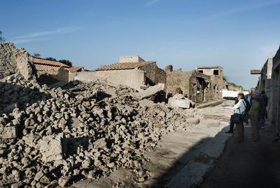 Ruinas de la Casa de los Gladiadores de Pompeya tras su hundimiento el pasado sábado.- AFP