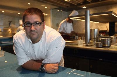 El cocinero Eneko Atxa, en el restaurante Azurmendi de Larrabetxu, a las afueras de Bilbao ( Vizcaya) .