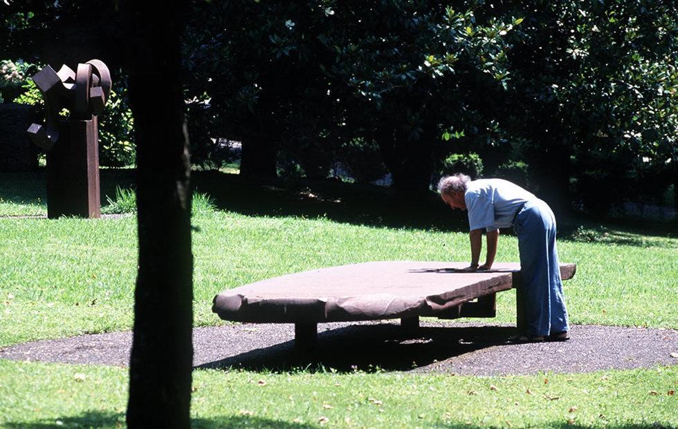 El escultor Eduardo Chillida toca su escultura 'Mesa de Luca Pacioli. JESÚS URIARTE | 01-12-2010