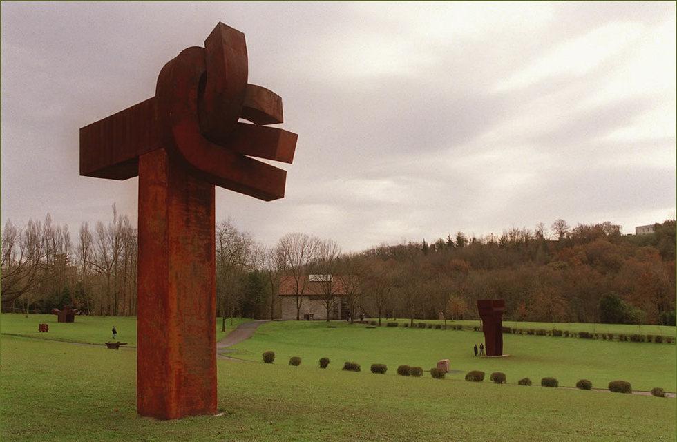 Obras de Eduardo Chillida expuestas al aire libre en su museo. JESUS URIARTE | 01-12-2010