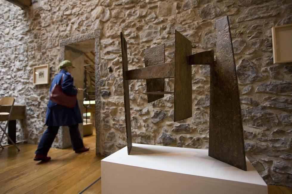 La escultura inicial que dió origen a 'El peine del viento', expuesta en el museo Chillida. JAVIER HERNÁNDEZ | 01-12-2010