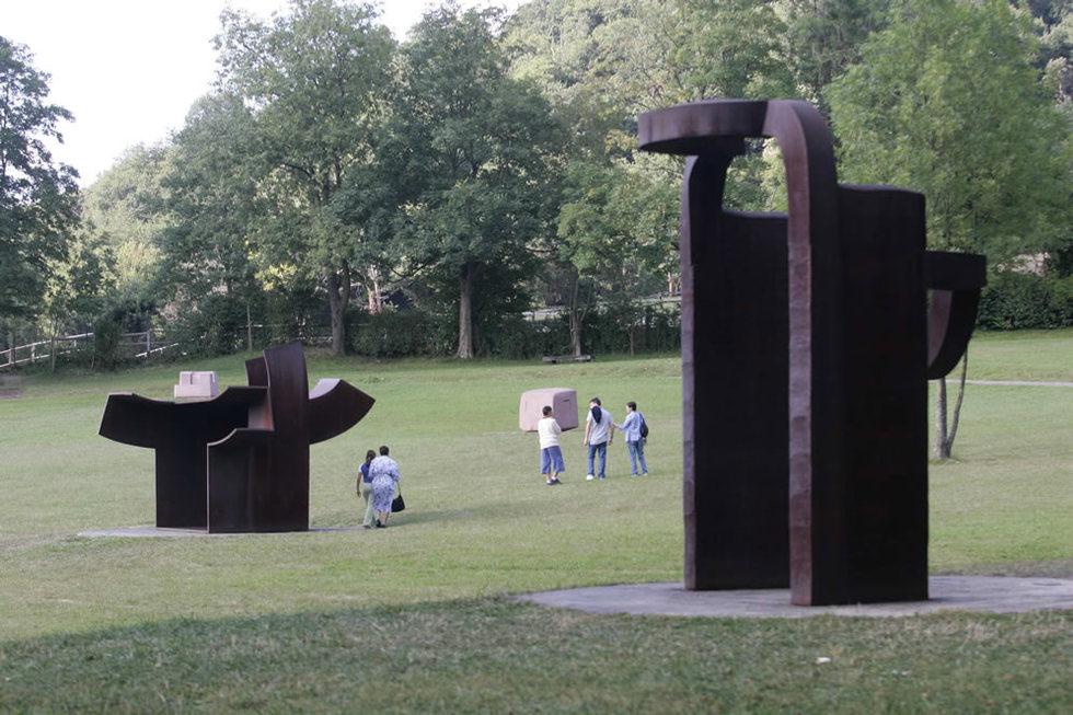 Varios visitantes contemplan las obras de Eduardo Chillida en su museo. JESUS URIARTE | 01-12-2010