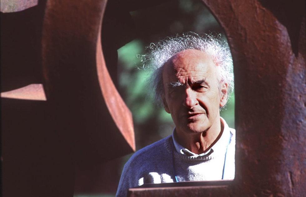 Eduardo Chillida junto a una de sus obras expuestas en su museo, JESUS URIARTE | 01-12-2010