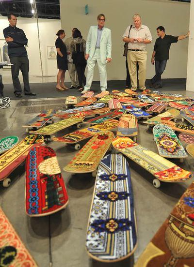 Visitantes observan la instalación 'Maxium Senation' del marroquí Mounir Fatmi ayer durante un previo a la inaguración de la prestigiosa Art Basel Miami Beach Florida (EE. UU)- EFE