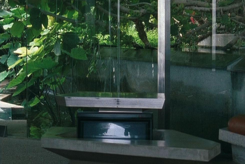 Fusión de paredes y muebles. MUSEO MODERNER KUNST STIFTUNG LUDWIG WIEN | Fotograma de la película 10104 Angelo View Drive de 2004.