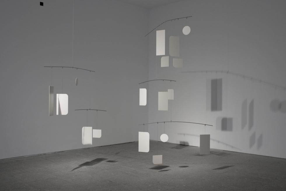 Escultura móvil sobre palabras. HANNES BOECK | Zentrum. Construcción de metal pintado.