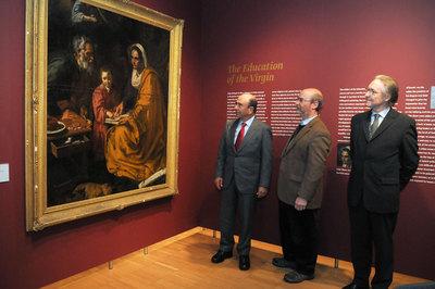Emilio Botín junto a los responsables de la Universidad de Yale, contemplan 'La educación de la Virgen' en las salas del Museo- UNIVERSIDAD DE YALE