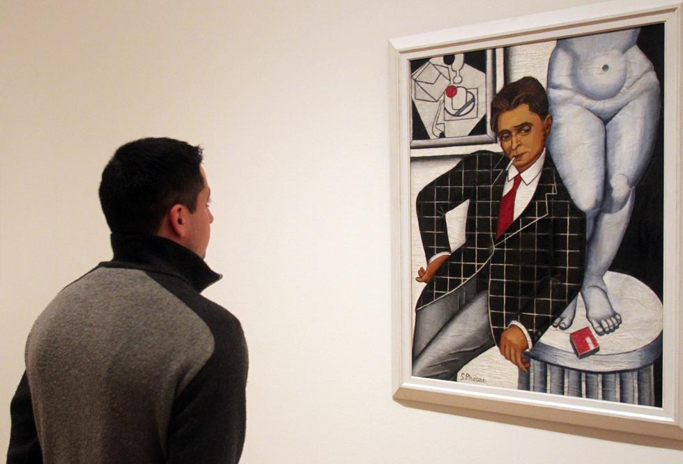 Un hombre observa Retrato de Metzinger (1926), de Suzanne Phocas, en la muestra del Guggenheim. LUIS ALBERTO GARCÍA