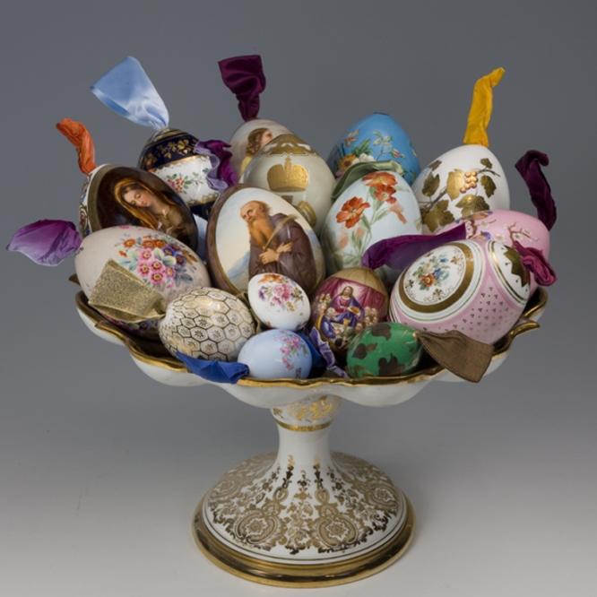 Vasija de huevos de Pascua, Rusia, San Petersburgo. Fábrica de porcelana imperial, mitad del siglo XIX. Porcelana con dibujo sobre cristal pintado en oro.-