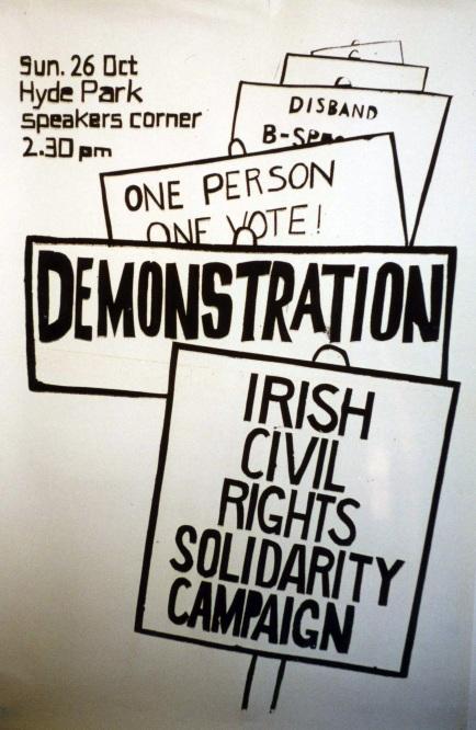 """La Asociación de Derechos Civiles del Norte de Irlanda (NICRA), constituida en 1967, exigía terminar con los privilegios de los unionistas y otorgar """"a cada persona, un voto"""", y terminar con las políticas discriminatorias en las políticas de vivienda y empleo, entre otras demandas."""