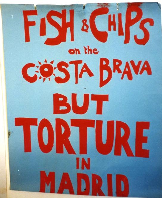 Fish & Chips en tiempos de Franco. Este cartel llamaba a movilizarse frente a las torturas del régimen franquista en España, durante el cual numerosos turistas británicos acudían ya a la Costa Brava.