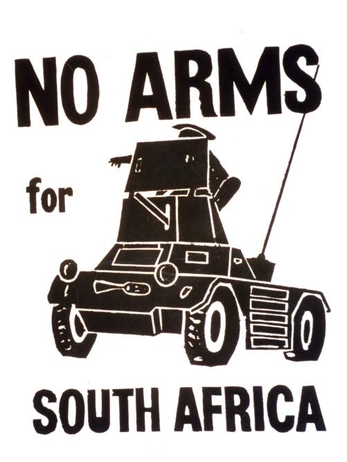 Armas para Sudáfrica NO. Fueron numerosas las campañas que, como esta, protestaban contra la discriminación racial y el apartheid, pidiendo que no se suministraran armas al régimen de Pretoria y solidarizándose con la lucha de su pueblo.